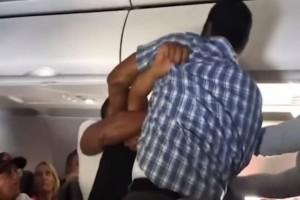 Απίστευτο βίντεο: Μεθυσμένος άνδρας χτυπάει συνεπιβάτη του σε πτήση της American Airlines! (Video)