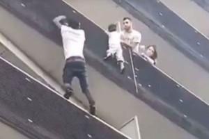 Νεαρός-ήρωας: Σκαρφάλωσε 4 ορόφους για να σώσει παιδί που κρεμόταν στο κενό (video)