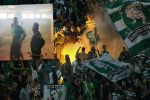 Βίντεο σοκ: Ο ξυλοδαρμός ποδοσφαιριστών από οπαδούς της Σπόρτινγκ!