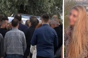 Δολοφονία Μάνδρα: Σπαραγμός και οδύνη στην κηδεία της 51χρονης: Τραγική φιγούρα τα παιδιά της!