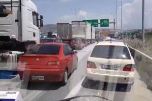 Ξεφτίλα: ΙΧ και φορτηγά πάνω στη ΛΕΑ στην Θεσσαλονίκη μπλοκάρουν ασθενοφόρο! (video)