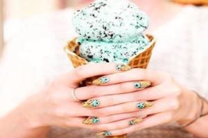 Δες πώς θα ζωγραφίσεις μικροσκοπικά παγωτά στα νύχια σου (video)