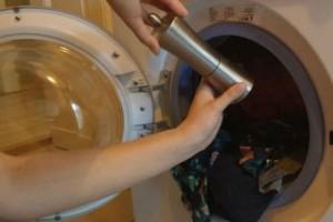 Βάζει τα ρούχα στο πλυντήριο και από πάνω ρίχνει μαύρο πιπέρι! Μόλις δείτε το αποτέλεσμα, σίγουρα θα το δοκιμάσετε!