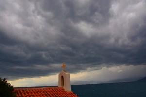 Κυριακή με βροχές και... 30αρια και ισχυρούς ανέμους!