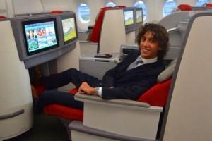 Ο 21 ετών Έλληνας που βγάζει εκατομμύρια ταξιδεύοντας στην Ά θέση των αεροπλάνων! (photos)