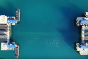Η στιγμή που γέφυρα χάνεται στα νερά του Ισθμού της Κορίνθου (video)