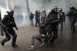 Χαμός στο Παρίσι: Ξύλο, δακρυγόνα και πετροπόλεμος!
