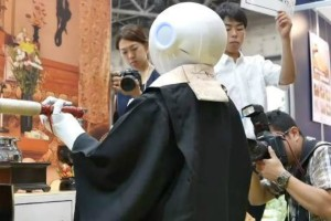 Αυτό είναι το μέλλον των...κηδειών: Ρομπότ - ιερέας κάνει όλο το τελετουργικό! (video)