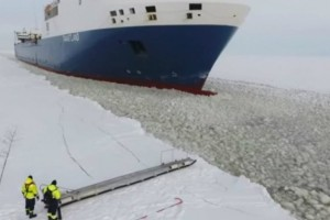 Απίστευτο: Αυτός είναι σίγουρα ο πιο περίεργος τρόπος τρόπος επιβίβασης σε πλοίο (video)