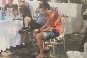 Χαλαρές στιγμές για τον Αλέξη Τσίπρα χαλαρώνει σε πάρτι συμμαθητών των παιδιών του! (Photo)