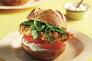 Φτιάξτε τα πιο ωραία burger κοτόπουλου με μαγιονέζα λεμονιού!