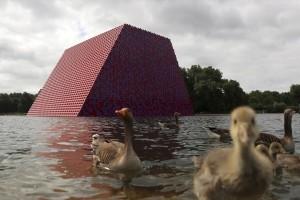 Η φωτογραφία της ημέρας: Πάπιες κολυμπούν σε μια πλωτή κατασκευή στο Χάιντ Παρκ του Λονδίνου!