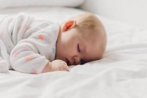 Πού πρέπει να κοιμούνται τα βρέφη τον πρώτο χρόνο της ζωής τους