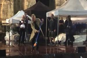 Βίντεο - έπος: Ο Στιγκ βγήκε με σκούπα στο Ηρώδειο για να καθαρίσει τη σκηνή από τα νερά!