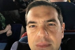 Η selfie του Τσίπρα μέσα στο ελικόπτερο προς Πρέσπες (Photo)