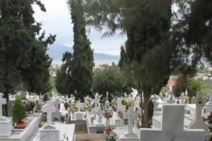 Χάος στο νεκροταφείο Καλαμαριάς: «Δυσοσμία και υγρά που στάζουν από τους θαλάμους που μπαίνουν οι σοροί»