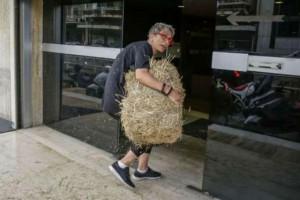 Επίθεση με σανό στα γραφεία των ΑΝ.ΕΛ. (Photos)