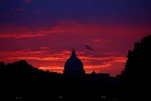 Η φωτογραφία της ημέρας: Η Βασιλική του Αγίου Πέτρου στο Βατικανό με φόντο το ηλιοβασίλεμα!