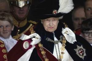 Η βασίλισσα Ελισάβετ εμφανίστηκε σαν τον... Ντ' Αρτανιάν! (Photos)