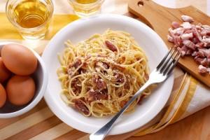 Ένα εύκολο και γρήγορο πιάτο: Καρμπονάρα κλασική με αβγό και καπνιστή πανσέτα!