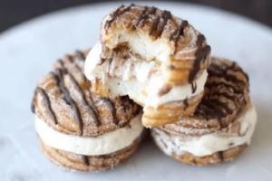 Φτιάξε λαχταριστά παγωτά σάντουιτς – churros με σιρόπι σοκολάτας (video)
