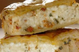 Η συνταγή της ημέρας: Σκεπαστή τυρόπιτα με βασιλικό και λιαστή ντομάτα