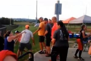 Απίστευτο βίντεο: Άγρια συμπλοκή μεταξύ γονέων σε παιδικό αγώνα σόφτμπολ!