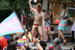 Gay pride: «Μ. Αλέξανδρος & Ηφαιστείων=Love Forever», έγραφε στο στήθος του το Τζέισον-Αντιγόνη!
