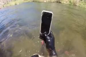 Έχασε το κινητό της στον βυθό και δύο βδομάδες μετά το βρήκε δύτης και λειτουργούσε! (video)
