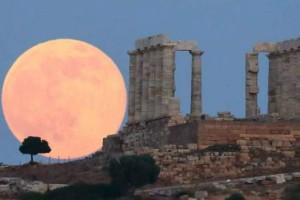 Φωτογραφία της ημέρας: Όταν το «strawberry» moon μάγεψε τον ουρανό!