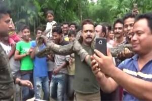 Βίντεο-σοκ: Πύθωνας πήγε να πνίξει έναν άντρα που έβγαζε selfie!