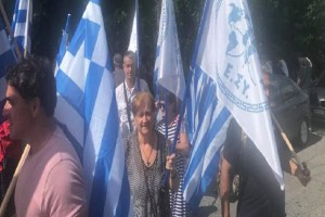 Με πούλμαν έφτασαν στα δικαστήρια οι οπαδοί του Αρτέμη Σώρρα! - Φωνάζουν συνθήματα υπέρ του (Video)