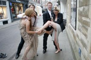 Οι απόφοιτοι του Κέμπριτζ μεθυσμένοι ξεγυμνώθηκαν και κυκλοφόρησαν στους δρόμους! (Photos)