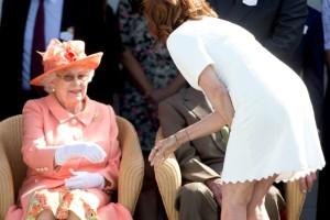 Η Σούζαν Σαράντον έσπασε το πρωτόκολλο και συστήθηκε μόνη της στη βασίλισσα Ελισάβετ! (Photo)