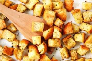 Η πιο εύκολη συνταγή για να φτιάξουμε σπιτικά croutons!