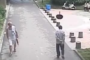 Περπατούσε ήρεμος στον δρόμο ώσπου ξαφνικά έφαγε ένα... τηγάνι στο κεφάλι! (video)