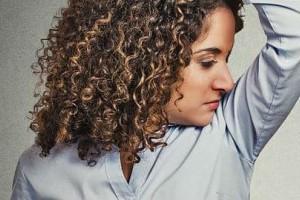 Ιδρώνετε υπερβολικά; Αυτά είναι τα 5 βήματα που πρέπει να κάνετε για να το σταματήσετε