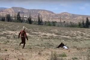 Σοκαριστικό: Αετός επιτίθεται σε κοριτσάκι! (video)