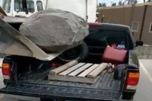 Είχαν την τρομερή ιδέα να φορτώσουν ένα τεράστιο βράχο σε αγροτικό! (video)