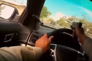 Απίστευτη κινηματογραφική καταδίωξη: Αστυνομικός πυροβολεί μέσα από το παρμπρίζ! (Video)