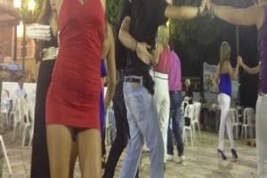 """Τρέλανε όλο το πανηγύρι: Ο προκλητικός χορός της κοπέλας που προκάλεσε """"εγκεφαλικά""""! (video)"""