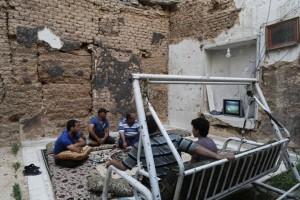 Η φωτογραφία της ημέρας: Είδαν τον τελικό του Μουντιάλ σε βομβαρδισμένο σπίτι στην Συρία!