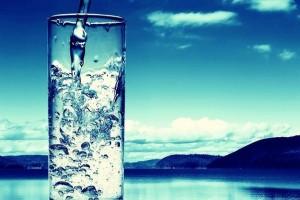 Πρέπει να πίνουμε νερό κατά τη διάρκεια του φαγητού;