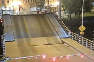 Απίστευτο περιστατικό! Ποδηλάτισσα παραβίασε τις μπάρες κινητής γέφυρας και το πλήρωσε (video)
