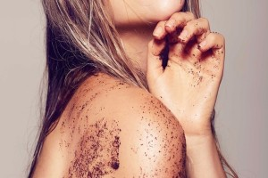 Κορίτσια δώστε βάση: Το σπιτικό body scrub που «υπόσχεται» βελούδινο δέρμα!