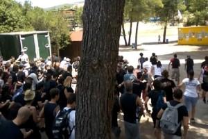 """Παράνοια: Οπαδοί των Iron Maiden κάνουν """"ντου"""" για μια θέση στο κάγκελο! (video)"""