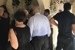 Πλήθος κόσμου στο τελευταίο αντίο στον Μάνο Αντώναρο: Ήταν όλοι εκεί! (Photos)