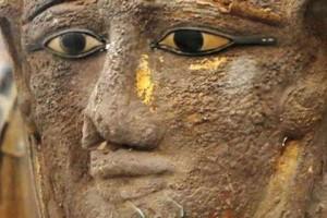 Αίγυπτος: Βρήκαν επιχρυσωμένη μάσκα αρχαιοελληνικής τεχνικής,πάνω σε μούμια! (photos)