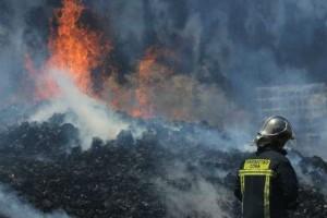 Μενίδι: Υπό μερικό έλεγχο η φωτιά - Συνεχίζεται η επιχείρηση κατάσβεσης