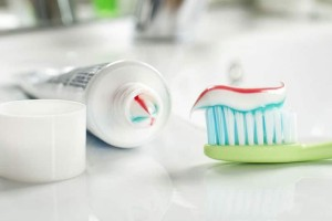 Το γνωρίζατε; Για ποιο λόγο πρέπει να έχετε μια οδοντόκρεμα δίπλα στο καλάθι με τα άπλυτα!